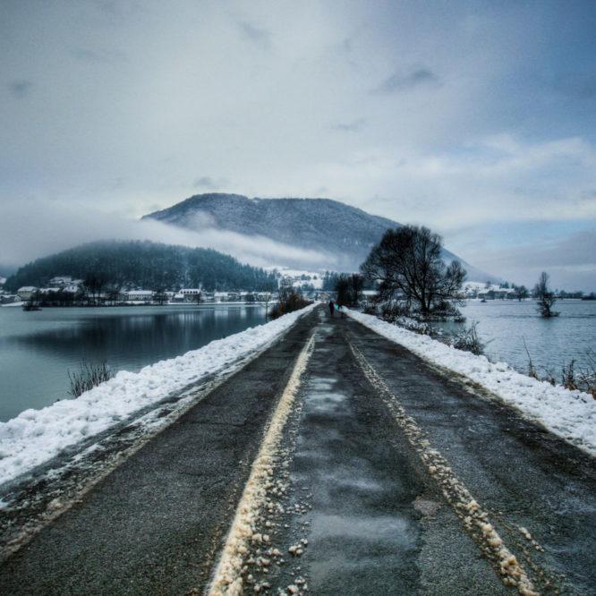 Poplavljeno planinsko polje pozimi