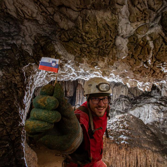 Slovenska zastava v jami Betalov spodmol