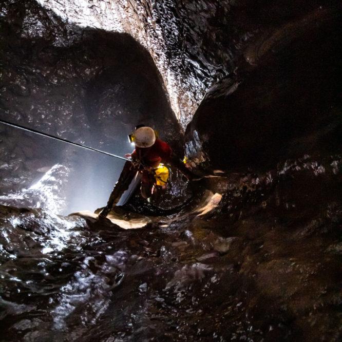 Ana na vrvi v breznu v Ocizeljski jami