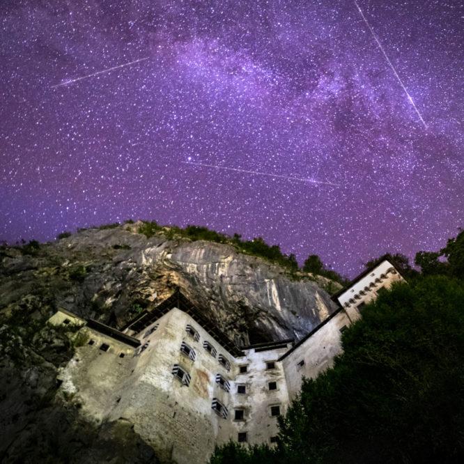 Predjamski grad ponoči s Perzeidi